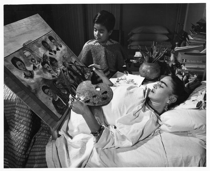 frida-kahlo-painting-in-bed
