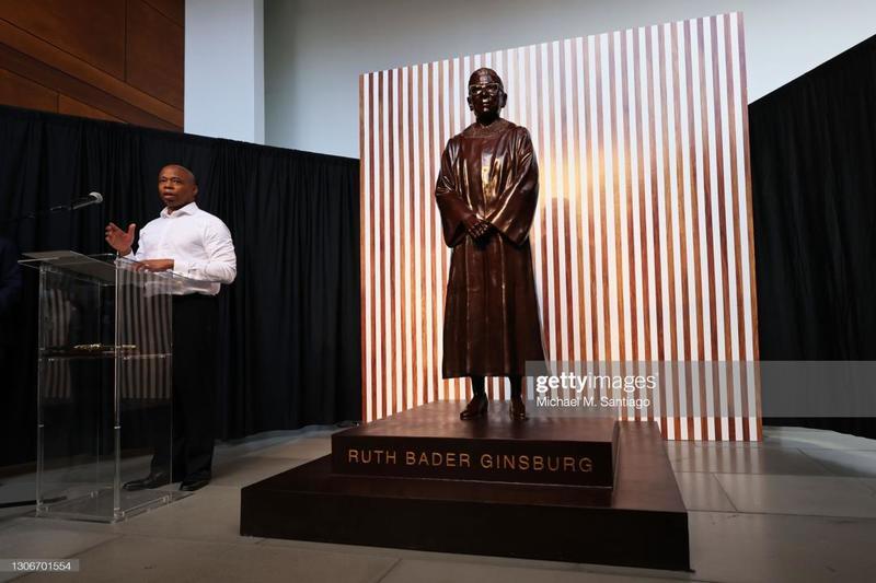 به مناسب تولد هشتاد و هشت سالگی روت گینزبرگ مجسمه برنزی او رونمایی شد