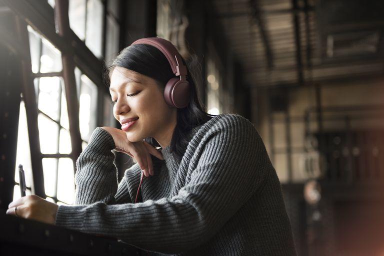 چرا شنیدن موسیقی مورد علاقهمان لرزه بر انداممان میاندازد