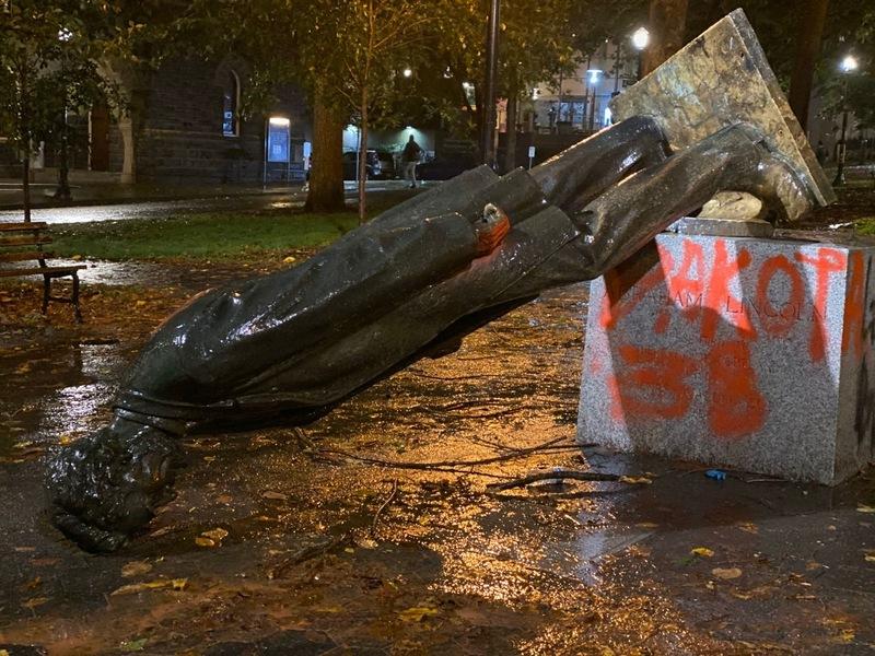 سرنگونی مجسمههای آبراهام لینکلن و تئودور روزولت توسط مردم معترض