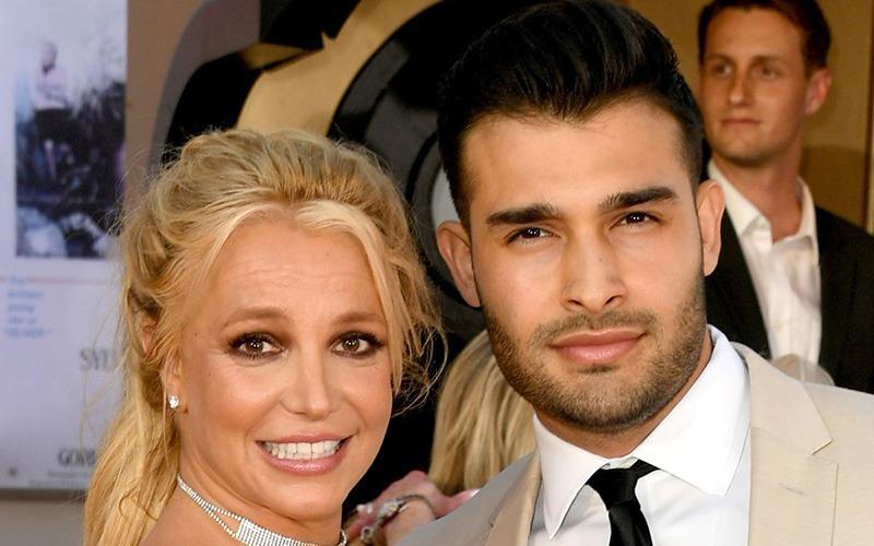 بریتنی اسپیرز، خواننده سرشناس از نامزدی خود با دوست پسرش، سام اصغری خبر داده است.