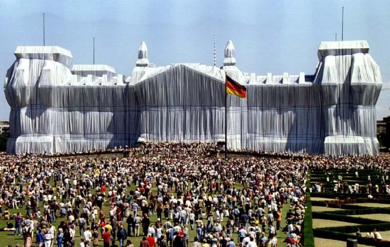 کریستو هنرمند بسته بندیهای بزرگ و پلهای موقت در گذشت