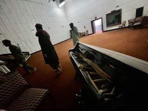 طالبان سازهای موسیقی را شکستند