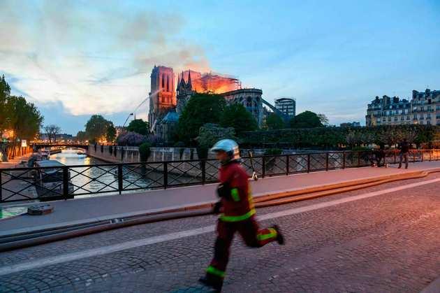 paris-notre-dame-cathedral-fire-04