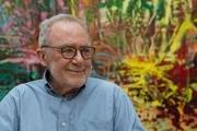 گرانترین هنرمند زنده دنیا مشغول نقاشی پنجرههای جدید صومعه